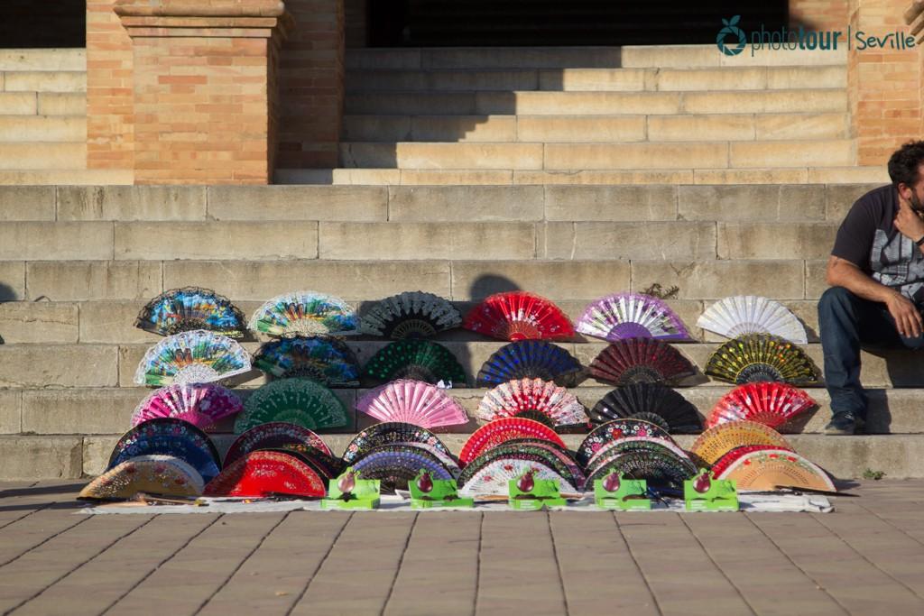 Selling fans at Plaza de España